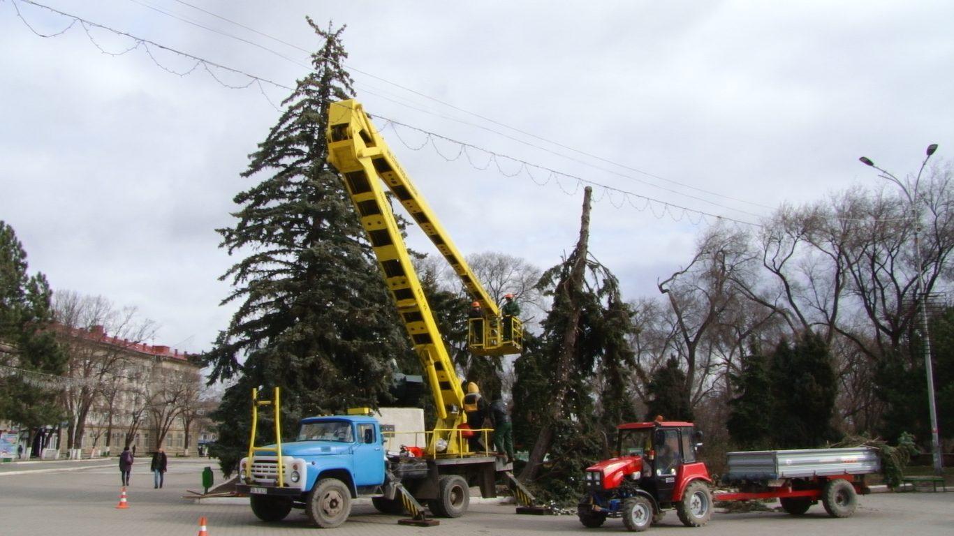 VIDEO   Vântul face ravagii la Bălți. Copaci puși la pământ, acoperișuri, garduri și panouri publicitare distruse