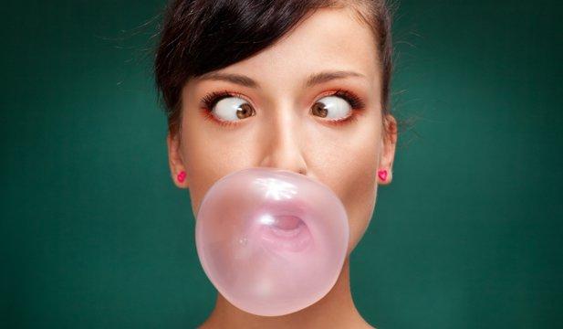 Guma de mestecat poate conţine un ingredient nociv pentru dinţi!
