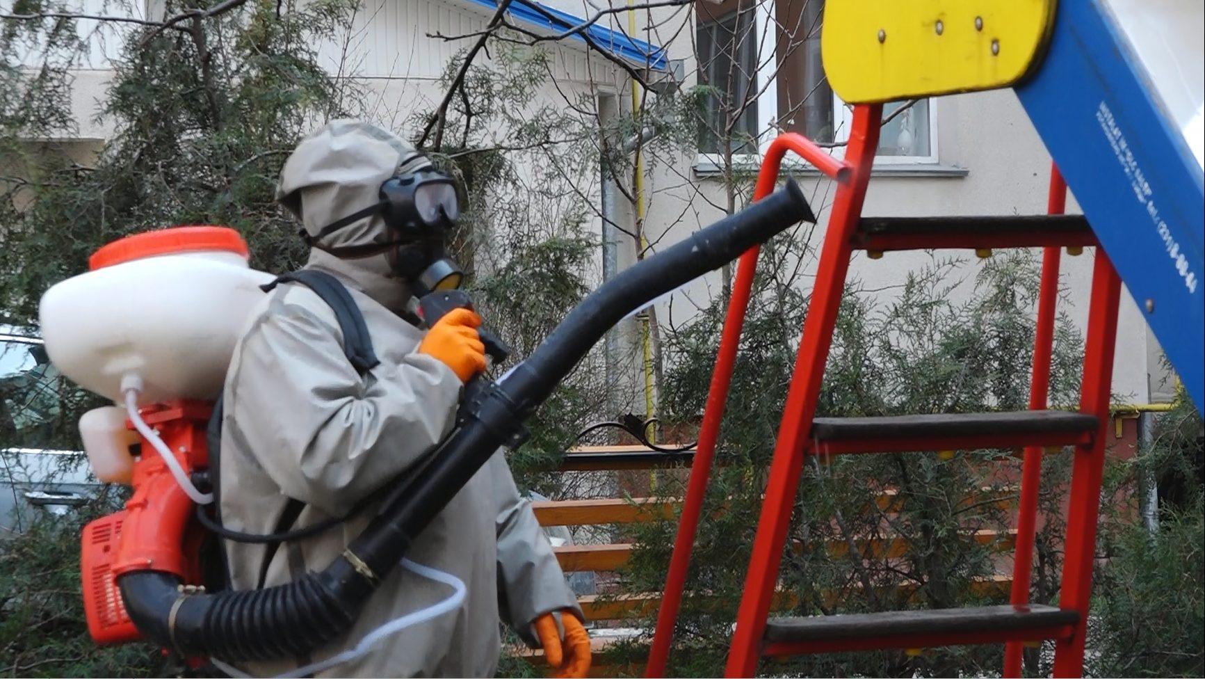 VIDEO   Lucrările de dezinfecție durează la Bălți. Au fost dezinfectate 70 de terenuri de joacă pentru copii și mai multe curți de bloc