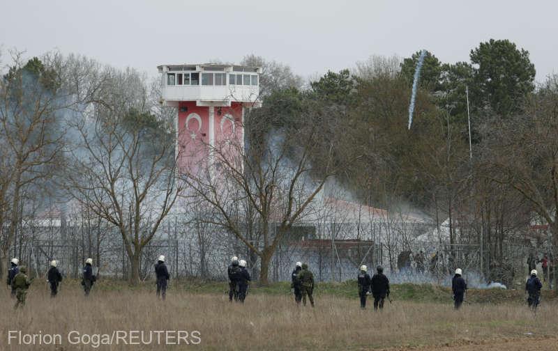 Forţele de ordine elene au folosit gaze lacrimogene pentru dispersarea migranţilor ilegali la frontiera cu Turcia