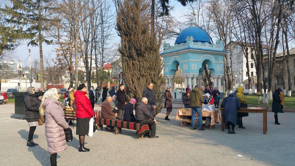 ФОТО | Епископ Маркел провел церковную службу на улице в Бельцах из-за коронавируса