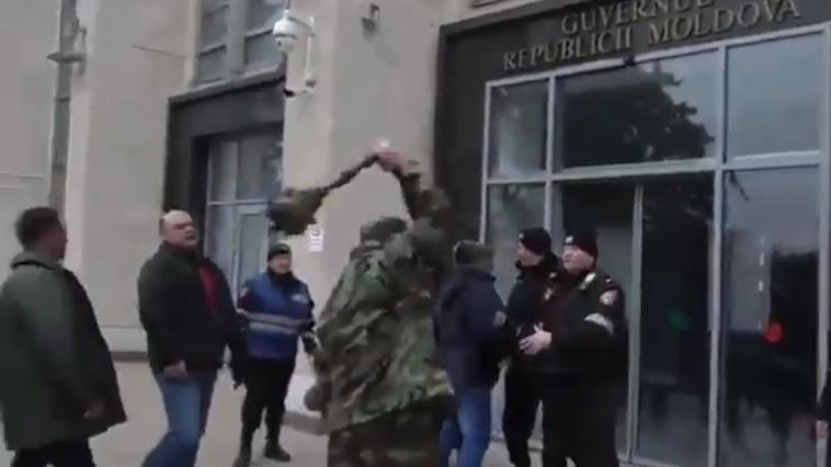 NO COMMENT (VIDEO) // Momentul în care ușa Guvernului este atacată cu buzduganul