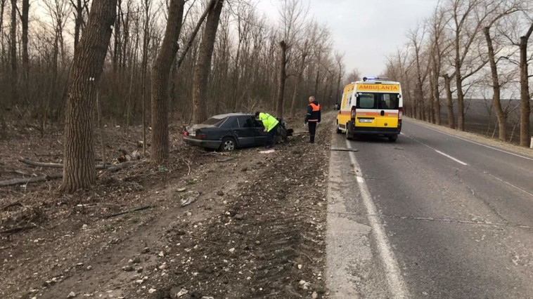 Accident la Drochia: automobilul a fost făcut zob, după ce s-a izbit puternic de un copac