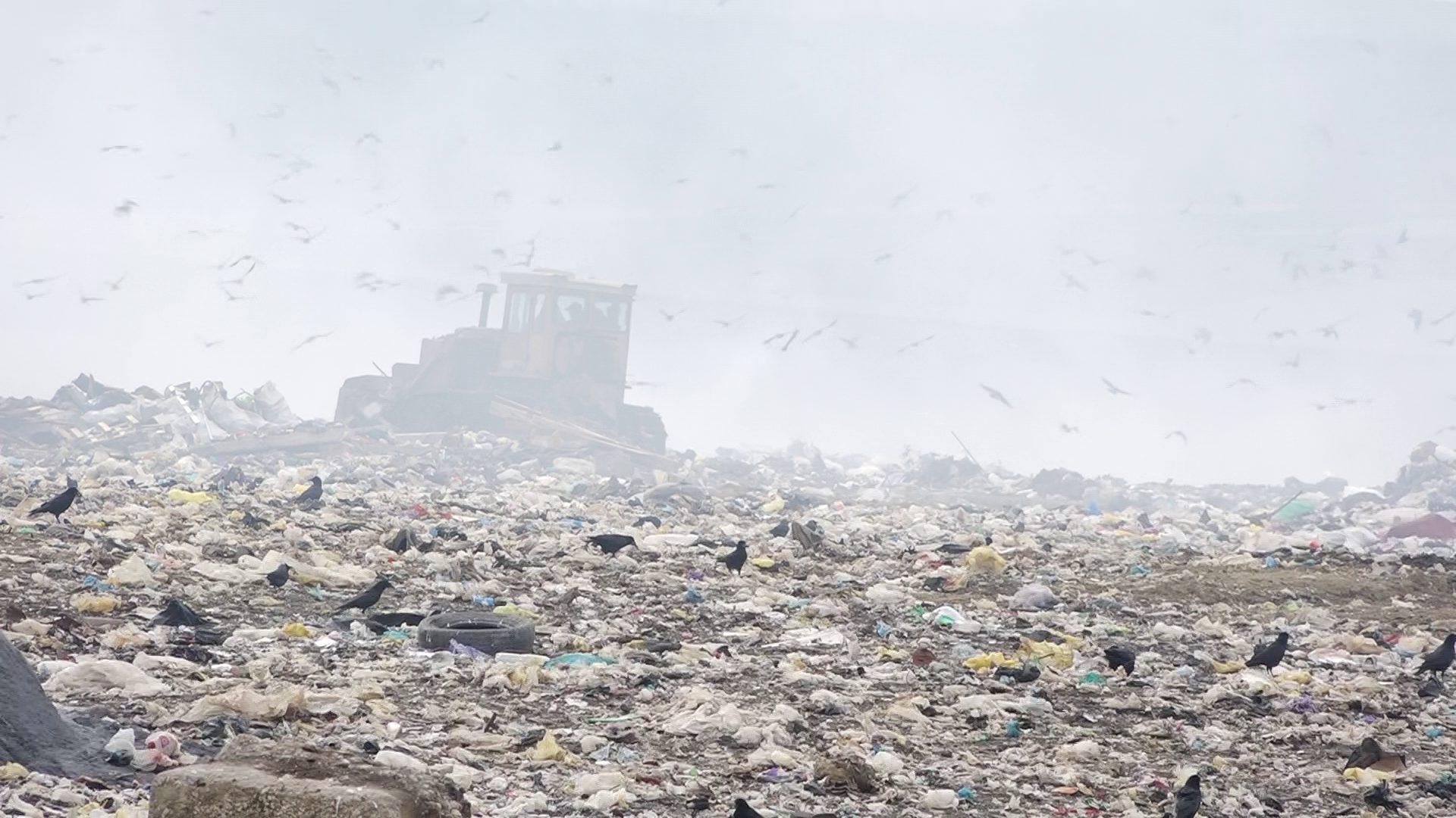 """VIDEO  """"Murim încetul cu încetul"""". Ce soluții propun deputații pentru a remedia problema groapei de gunoi de lângă Bălți"""