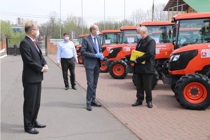 ФОТО | Япония закупила для молдавских фермеров ещё 43 трактора