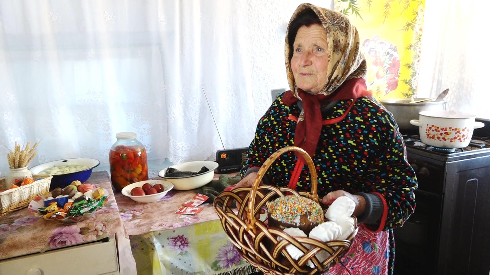 VIDEO | În Joia Mare, gospodinele din satul Drepcăuți au vopsit ouăle de Paști și au făcut ordine
