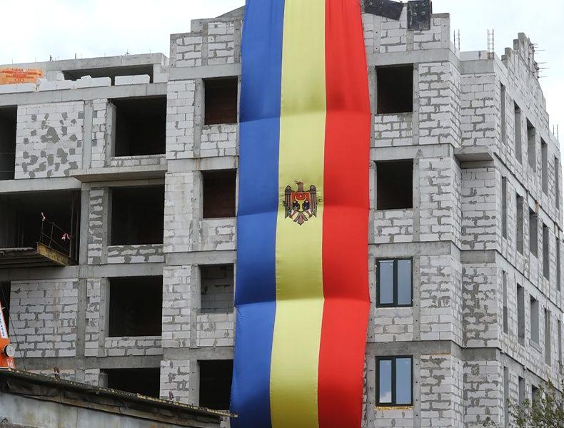 VIDEO | Un tricolor de 15 metri, arborat pe o clădire din Bălți de Ziua Drapelului și a Stemei de Stat