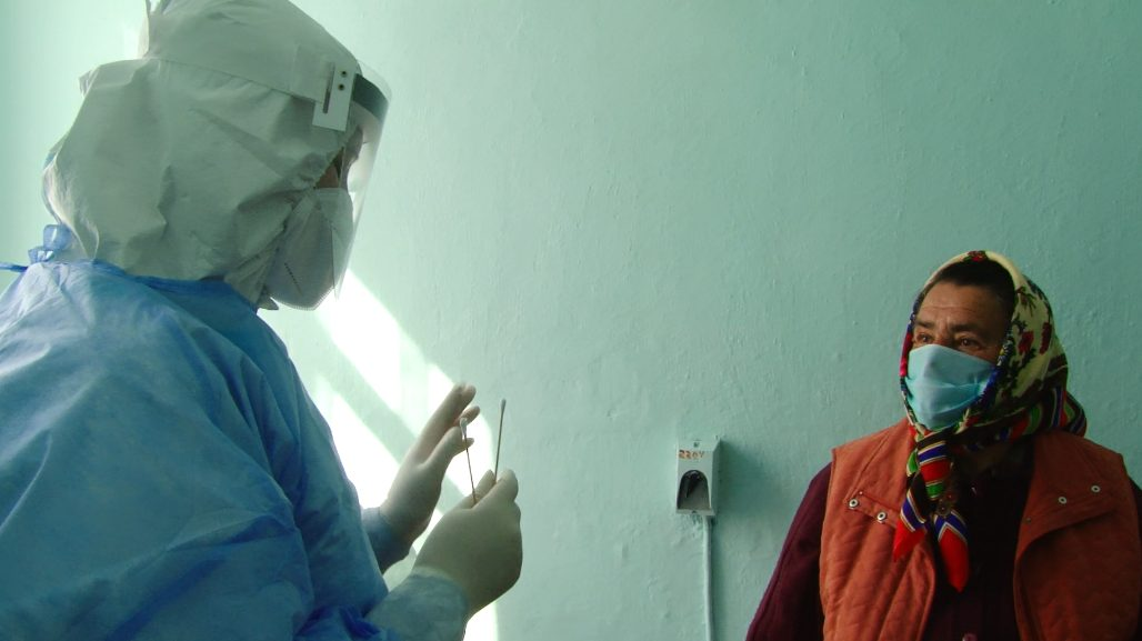 VIDEO | S-au schimbat regulile testării. La Glodeni, analizele COVID-19 sunt prelevate la domiciliu