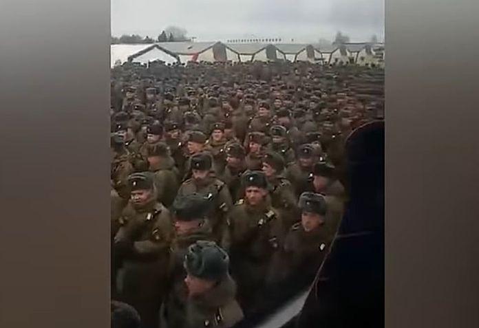 VIDEO | Mii de soldaţi ruşi înghesuiţi pentru repetiţia la tradiţionala paradă militară. 15.000 de militari au fost plasaţi în carantină
