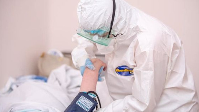 O moldoveancă infectată cu COVID-19 a fugit de două ori din spital. Acum este păzită permanent de polițiști