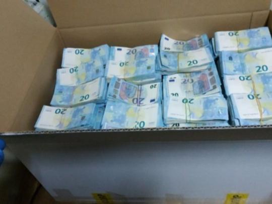 Сотрудники правоохранительных органов обнаружили еще 50 тысяч евро в задержанном на таможне грузовике