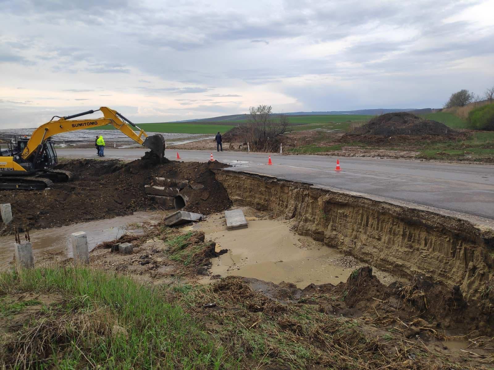 ФОТО  Размытые дороги и затопленные дворы. Дожди с градом нанесли ущерб нескольким районам Молдовы