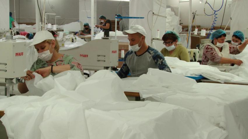 ВИДЕО | Фабрика из Сорок отказалась от производства автомобильных чехлов, и шьет комбинезоны «Антиковид»