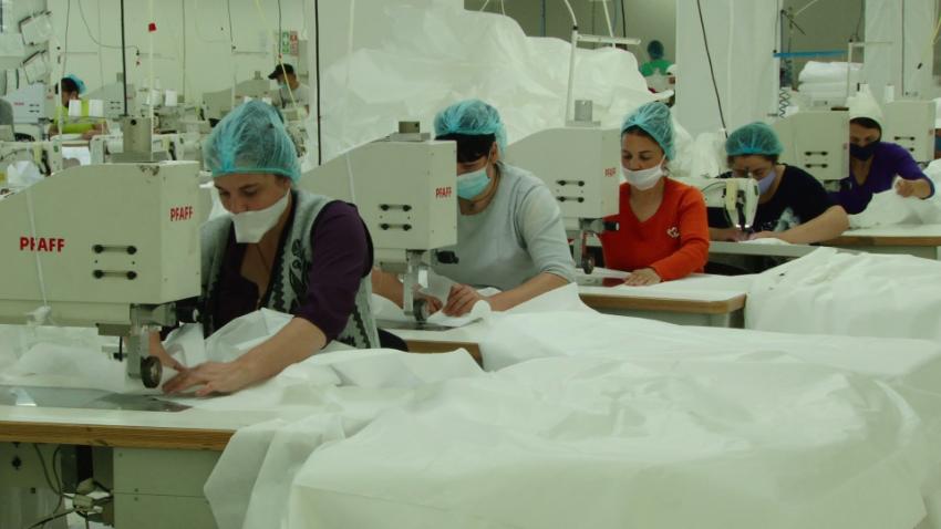 VIDEO | O fabrică din Soroca s-a reprofilat pentru a coase combinezoane anti-COVID