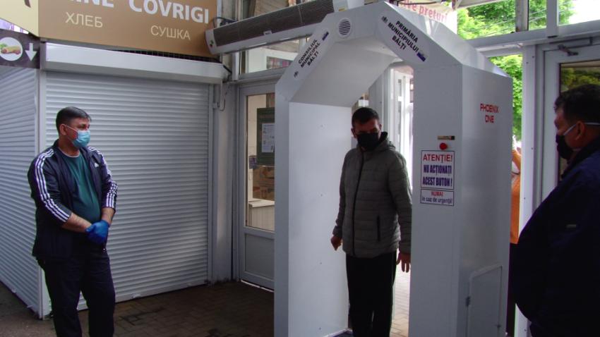 ВИДЕО | Полная дезинфекция за 5 секунд. У входа в центральный рынок Бельц установили тоннель с антисептиком