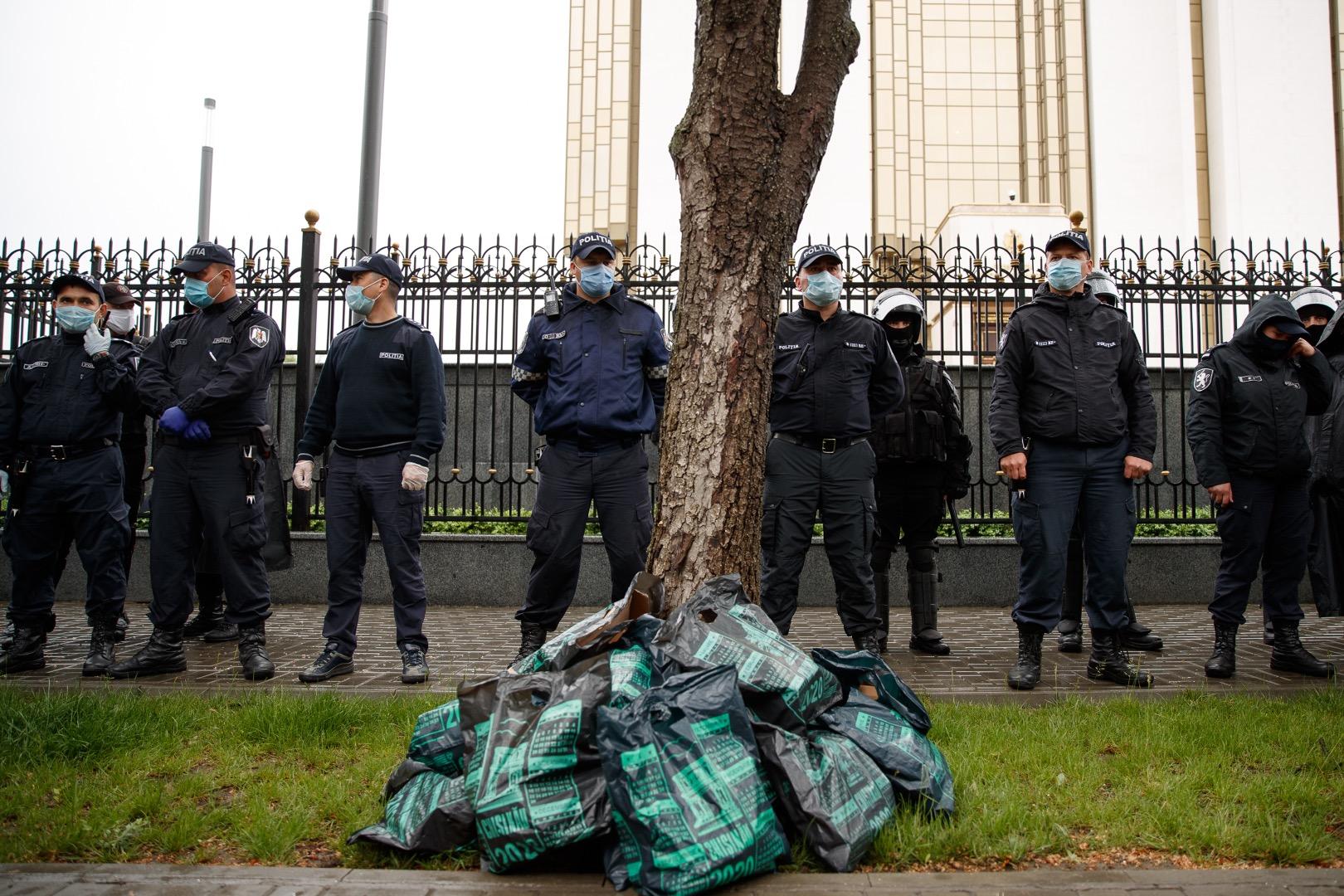 "FOTO | ""Чемодан, кулек – Ростов"". Protest împotriva lui Dodon"