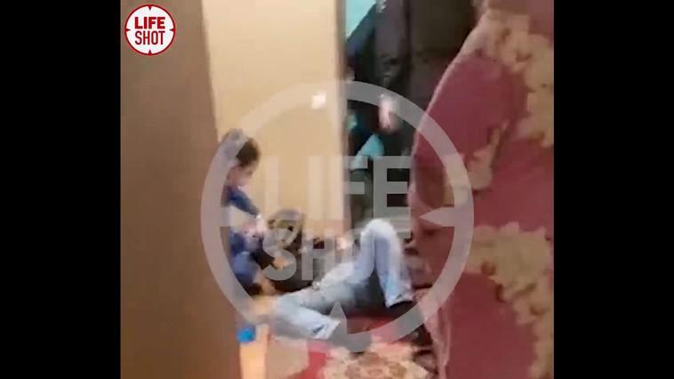 Dragoste cu năbădăi, la Moscova. Un tânăr și-a împușcat iubitul și pe mama acestuia