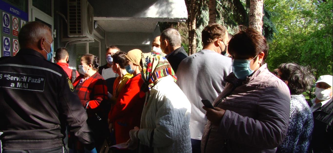 ВИДЕО | Большие очереди у бельцкой поликлиники: люди не соблюдают социальную дистанцию