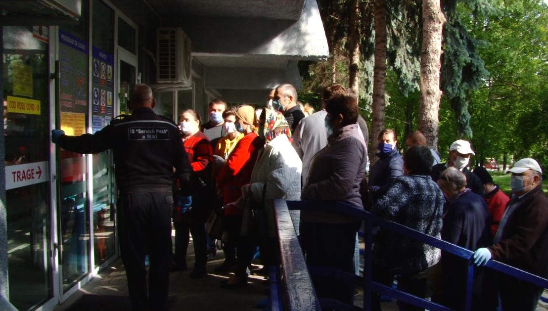 VIDEO | Disperare sau iresponsabilitate: pacienții se îmbulzesc la intrarea în Centrul Consultativ din Bălți