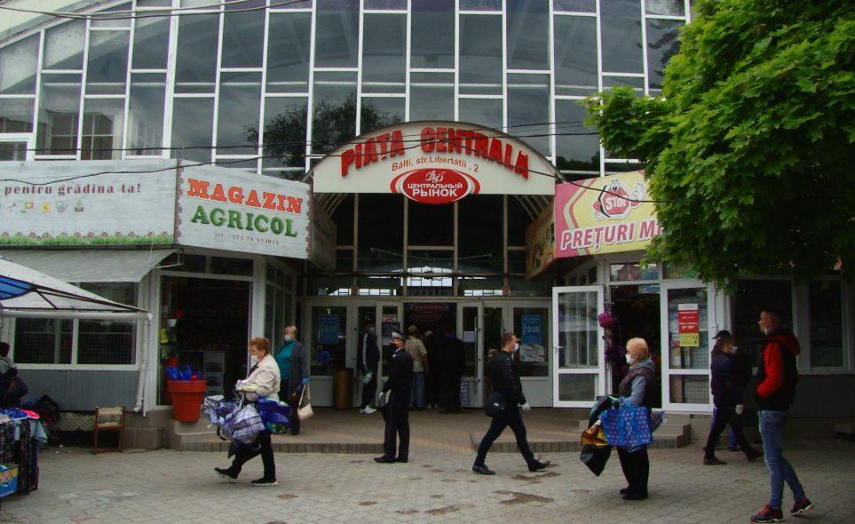 VIDEO | Mai mulți polițiști decât vânzători. Unele hale de la Piața Centrală din Bălți, rămân închise