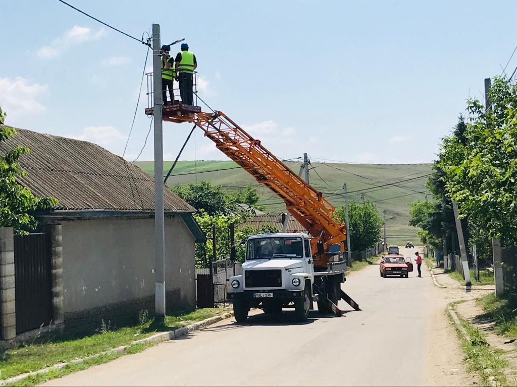 """Partidul """"ȘOR"""" realizează promisiunea de a ilumina toată țara: lucrările continuă acum în s. Doltu, raionul Fălești"""