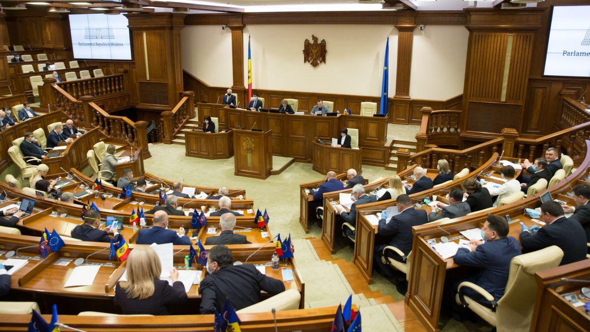 Doi deputații care au avut COVID-19 au venit la ședința Parlamentului. Opoziția i-a acuzat că le pune în pericol sănătatea
