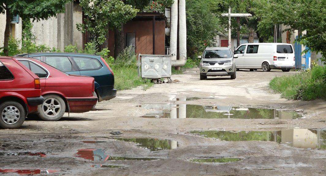 """VIDEO   Drum """"minat"""" la Bălți. Din cauza gropilor aici nu ar veni nici ambulanța"""