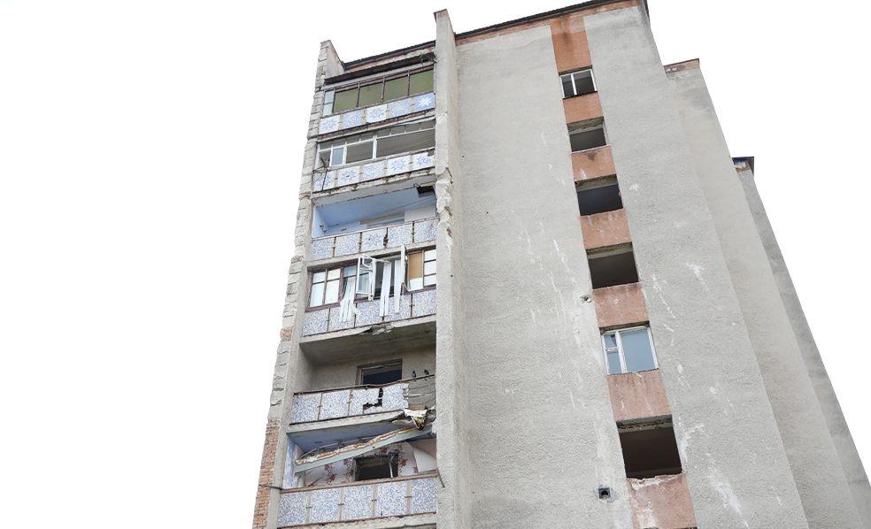 VIDEO | Viața locuitorilor din Otaci, în pericol. Încă un bloc de locuit riscă să se prăbușească