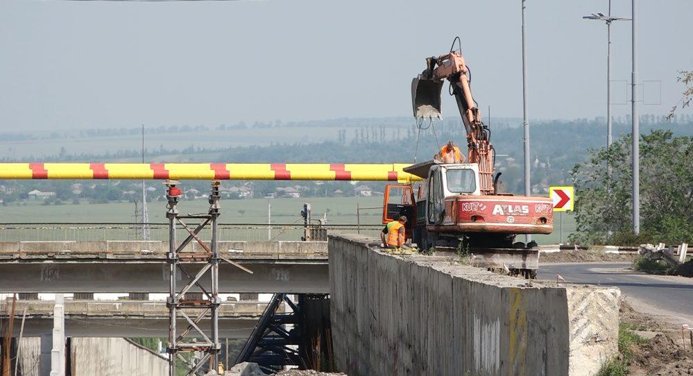 """VIDEO   """"Chinezii l-ar fi reparat în 48 de ore"""". Când va fi dat în explotare sensul giratoriu suspendat de la intrarea în orașul Bălți"""