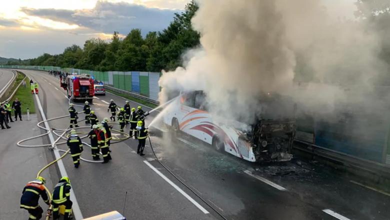 Un autocar cu 49 de români a luat foc pe autostradă, lângă Viena