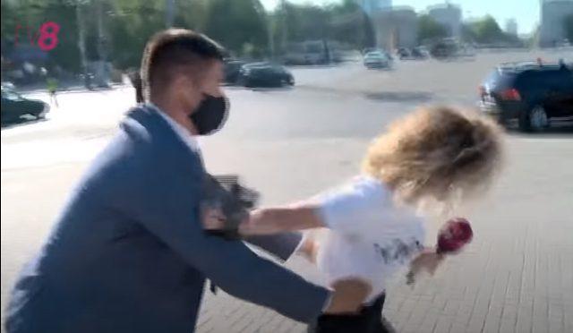 O jurnalistă tv8, bruscată de bodyguarzii lui Dodon. Reacția socialiștilor