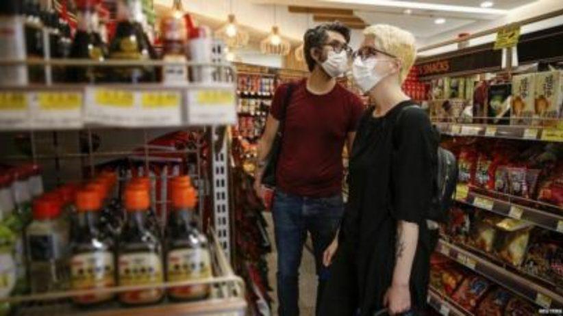 persoane in magazin