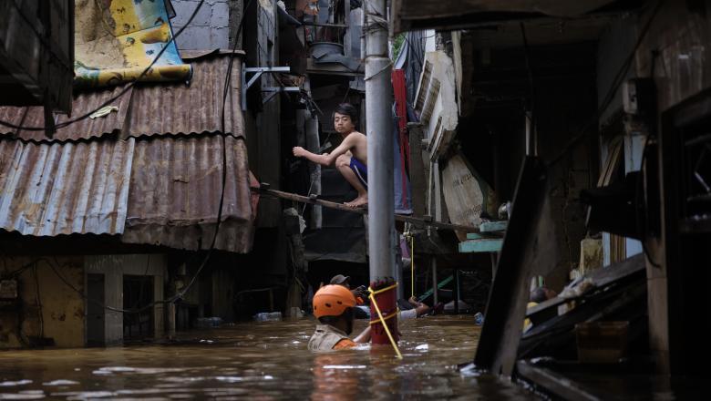 Aproape 200 de morţi și patru milioane de persoane strămutate în urma inundaţiilor din India şi Nepal