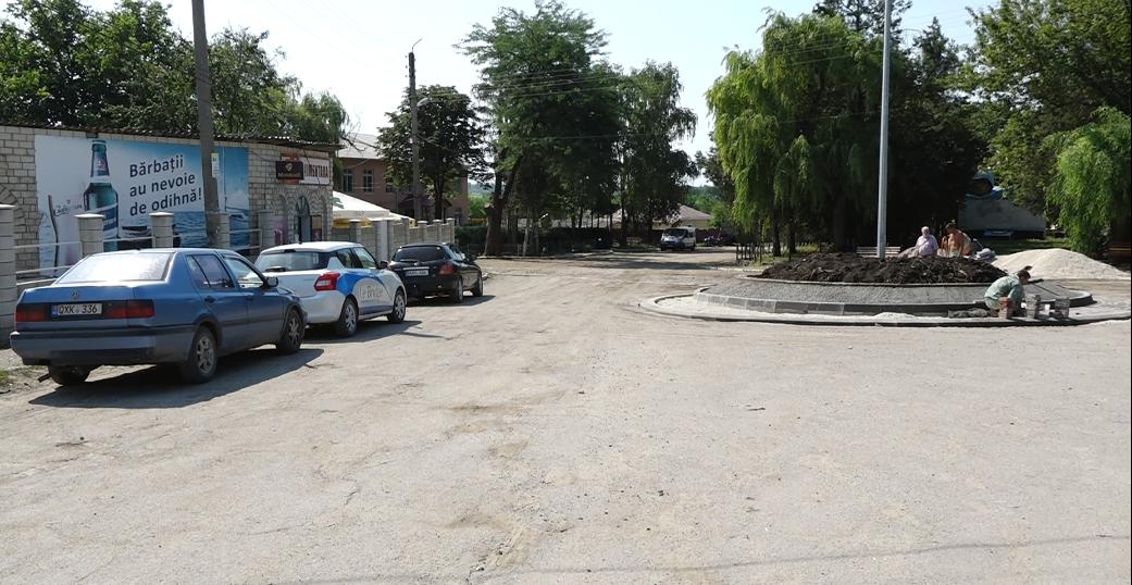 VIDEO | Într-un sat depopulat din raionul Rîșcani, autoritățile construiesc sens giratoriu