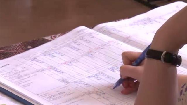 Catalogul clasic ar putea fi înlocuit cu cel electronic. Ministerul Educației anunță finalizarea lucrărilor