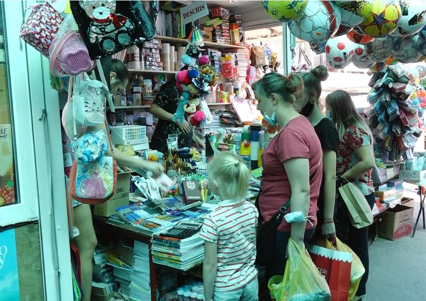 VIDEO | Tarabe pline cu rechizite și puțini cumpărători. Oamenii sunt încă în așteptarea unei decizii a Ministerului Educației