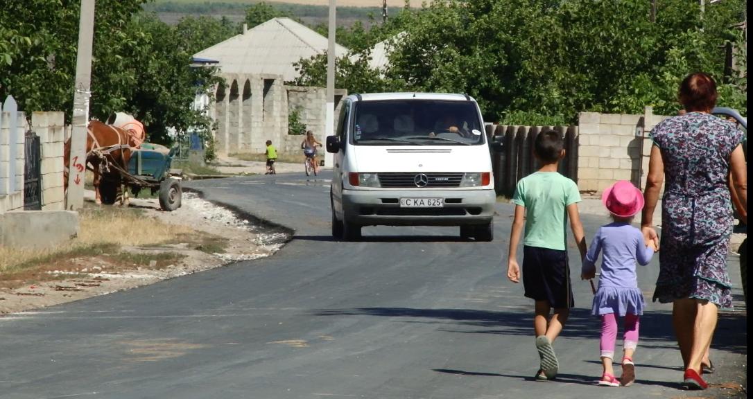 VIDEO | Un drum proaspăt reparat a stârnit nemulțumire printre locuitorii unui sat din raionul Sîngerei