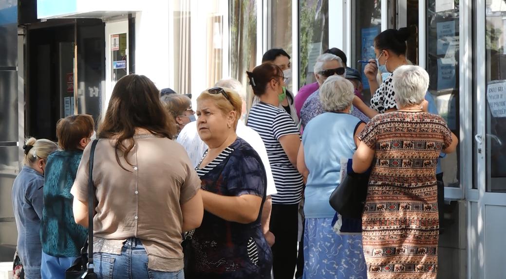 VIDEO | Aglomerație lângă primaria de Bălți. Pensionarii stau la coadă ore în șir